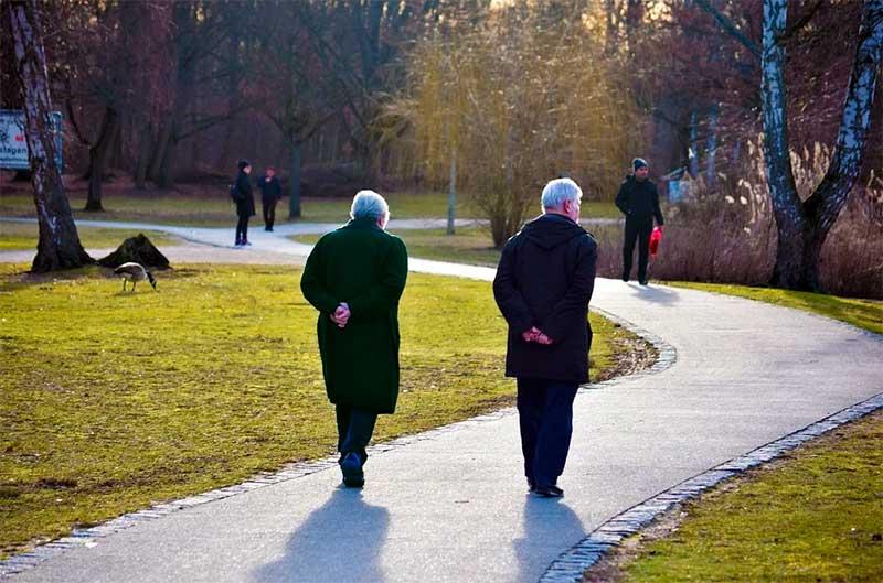 Aliviar la fatiga. Dos personas caminan para reducir los sofocos